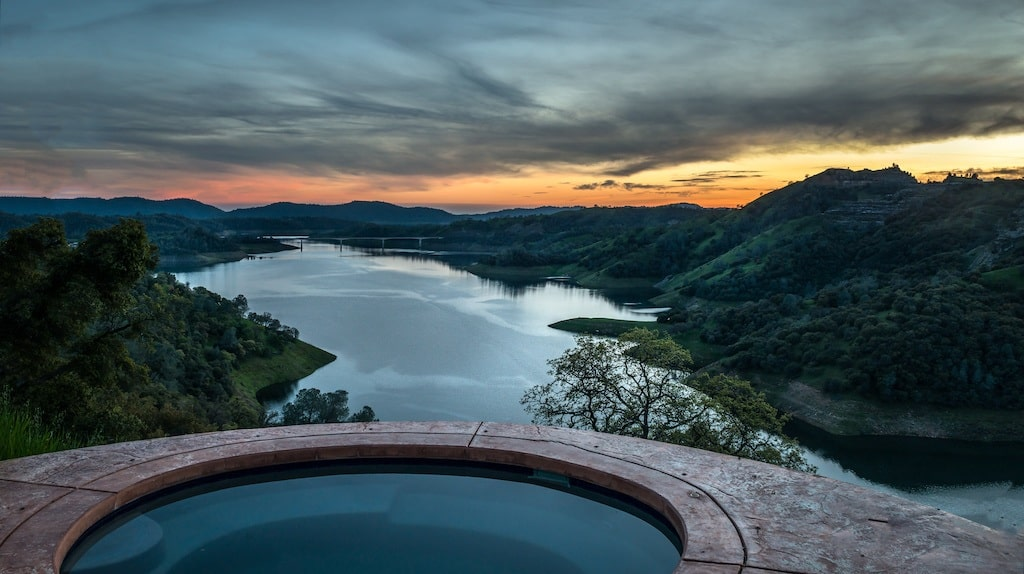 Hot Tub with Beautiful view. Place where the meteorite was seen.
